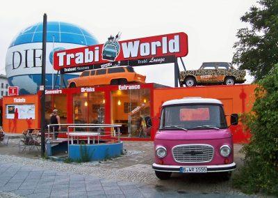 Trabi World Berlin | Werbeschilder | Holzschild 11m freitragend | Montagen