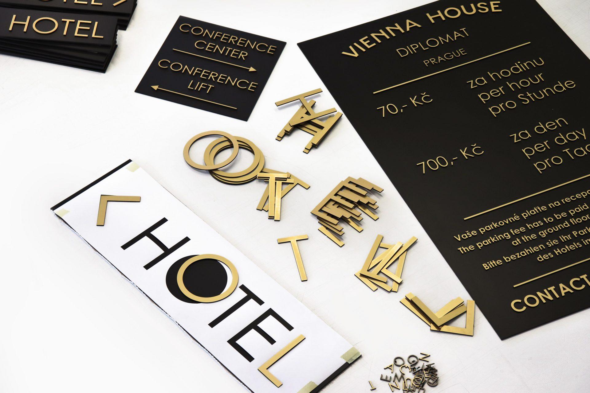 Vienna House | Wegeleitsystem | Schilder mit 3D-Buchstaben