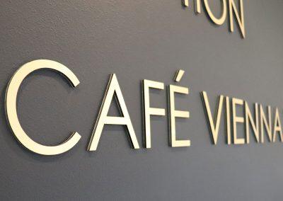 Vienna House   Wegeleitsystem   Schilder mit 3D-Buchstaben