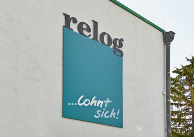 Relog | Werbeschild mit 3D-Buchstaben
